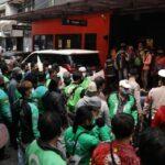 sejumlah-ojol-berkerumun-untuk-membeli-promo-bts-meal-di-gerai-mcdonalds-pondok-indah-rabu-962021-cnbc-indonesia-muhammad-sabk_169